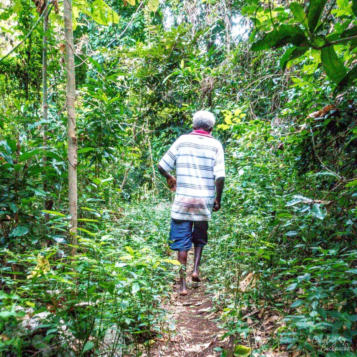 The guide to the Losinwei waterfall, trekking barefoot.